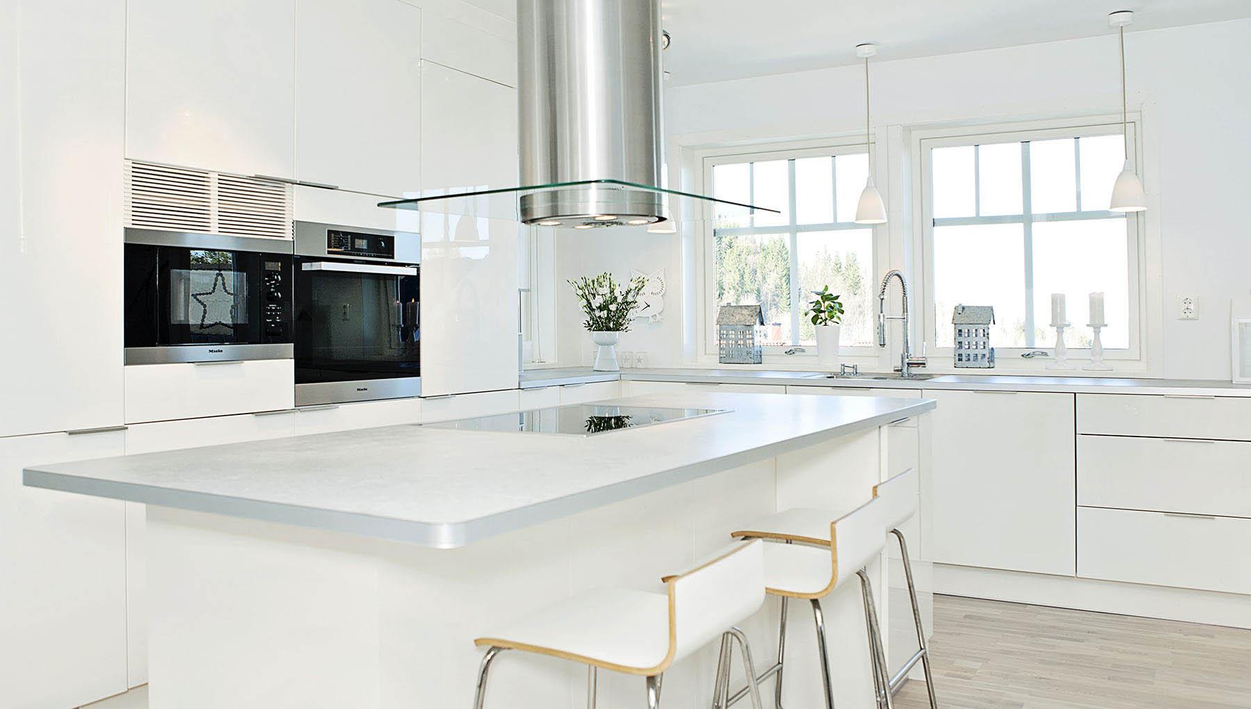 Fossline kjøkken med vifte over kjøkkenøy