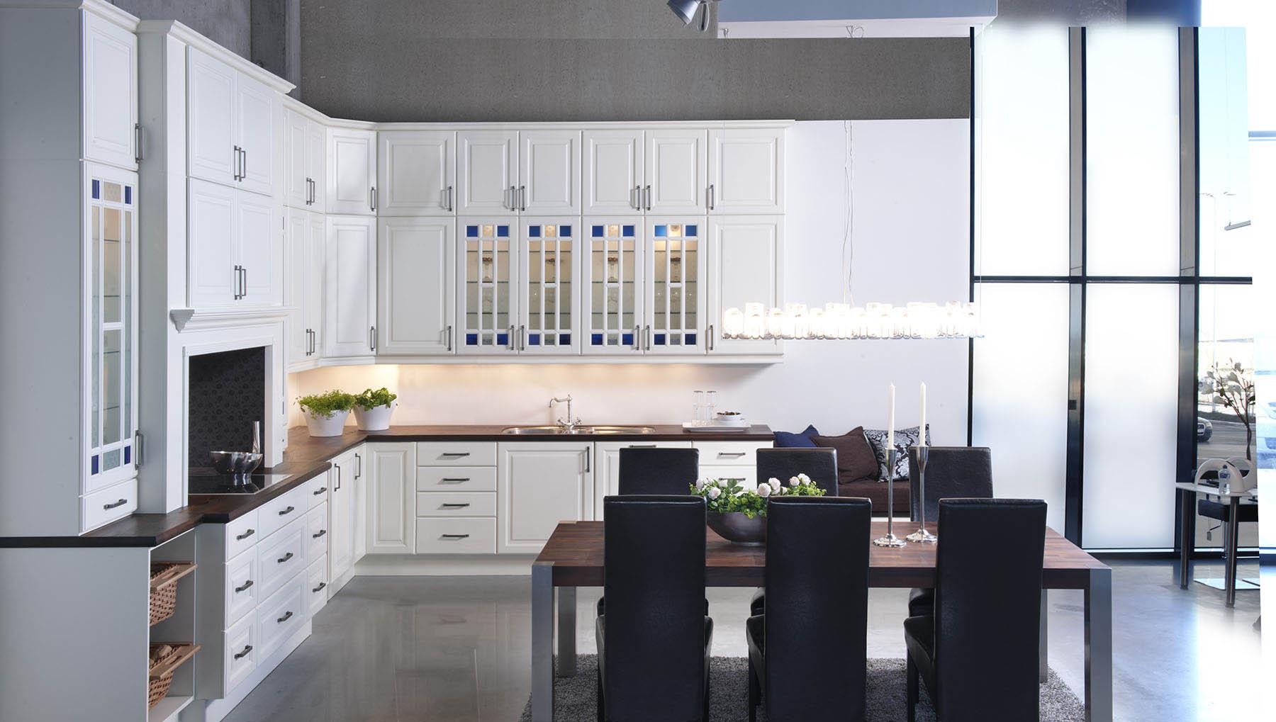 Kjøkkenskap med fargete glassfronter