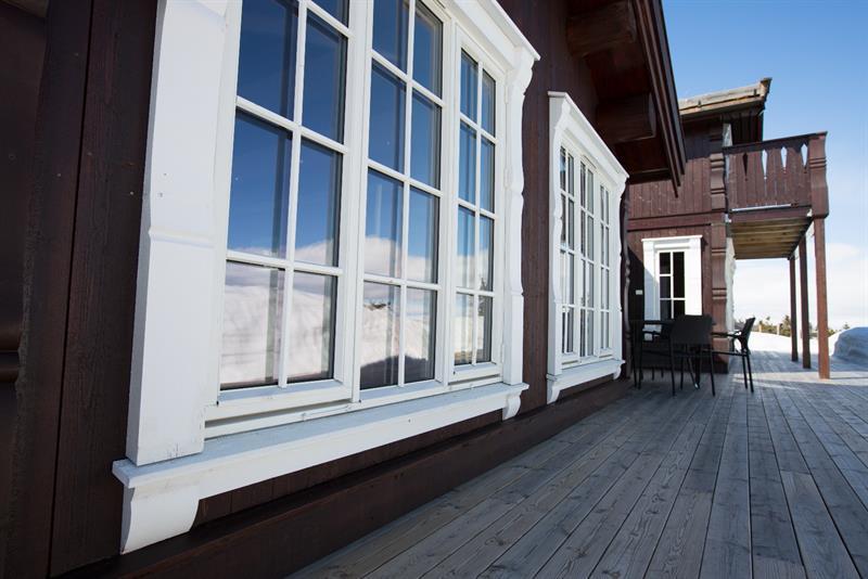 Viser Hus 1 Norge signaturelement omramming på vinduer.