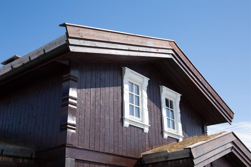 Hytte spesial. Moderne stavlaft med egne profiler på vindusomramminger og hjørnekasser.