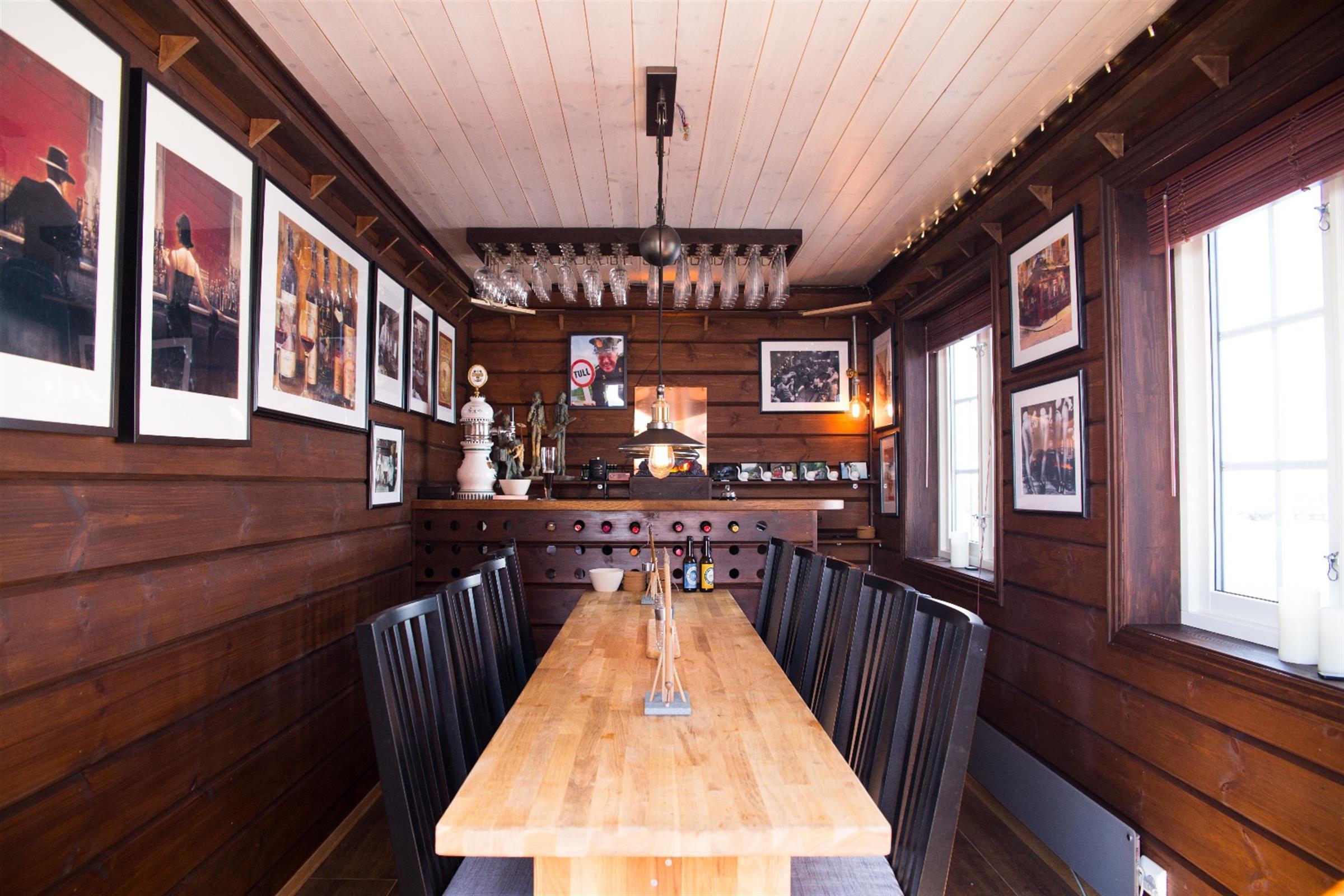 Hytte spesial. Egendesignet bar med Østerdalspanel på vegg beiset med Tyrilin interiørbeis.