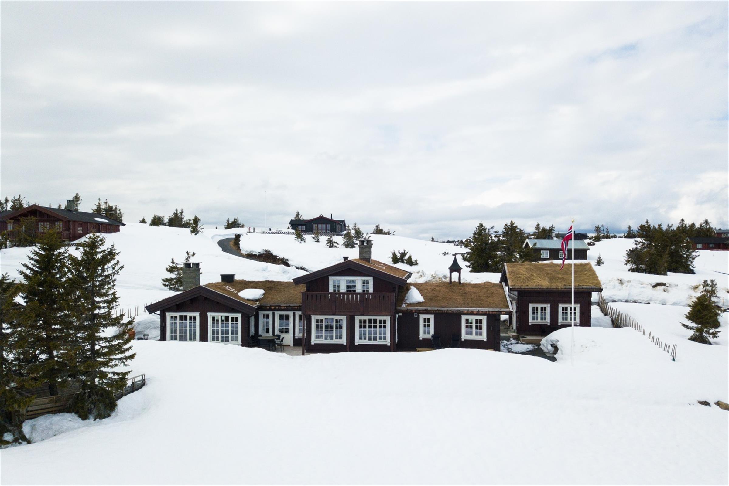 Spesial bygget hytte på Storåsen, Sjusjøen i moderne stavlaft med Hus 1 Norges egne profiler på hjørnekasser, søyler og omramminger. Ta kontakt for visning!