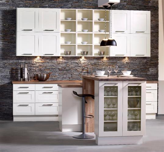 Kjøkken i hvit med eik benkeplate