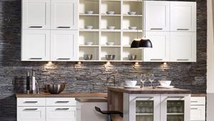 Hvit kjøkken, eik benkeplate og murstein vegg