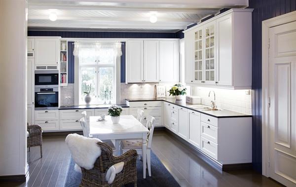 Kjøkken i blått og hvit